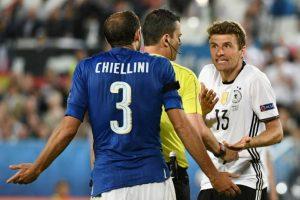 Giorgio Chiellini y Thomas Müller discuten tras una jugada. Foto:AFP