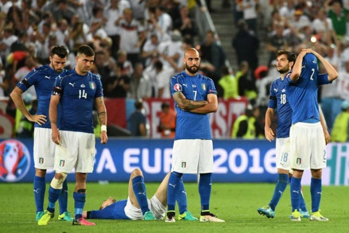 Jugadores de la selección italiana desconsolados tras la eliminación. Foto:AFP