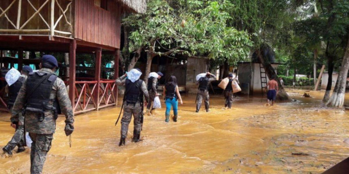 Lluvia obliga a pobladores de Izabal a evacuar
