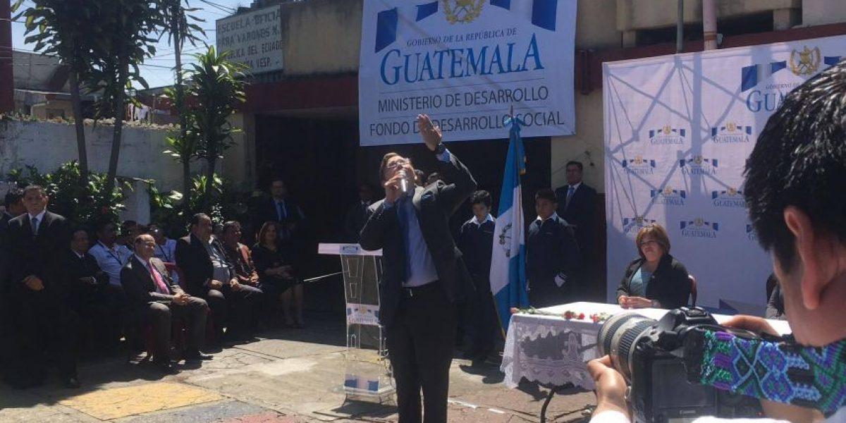Por solicitud de Morales, portavoz del Ejecutivo declama un poema ante escolares