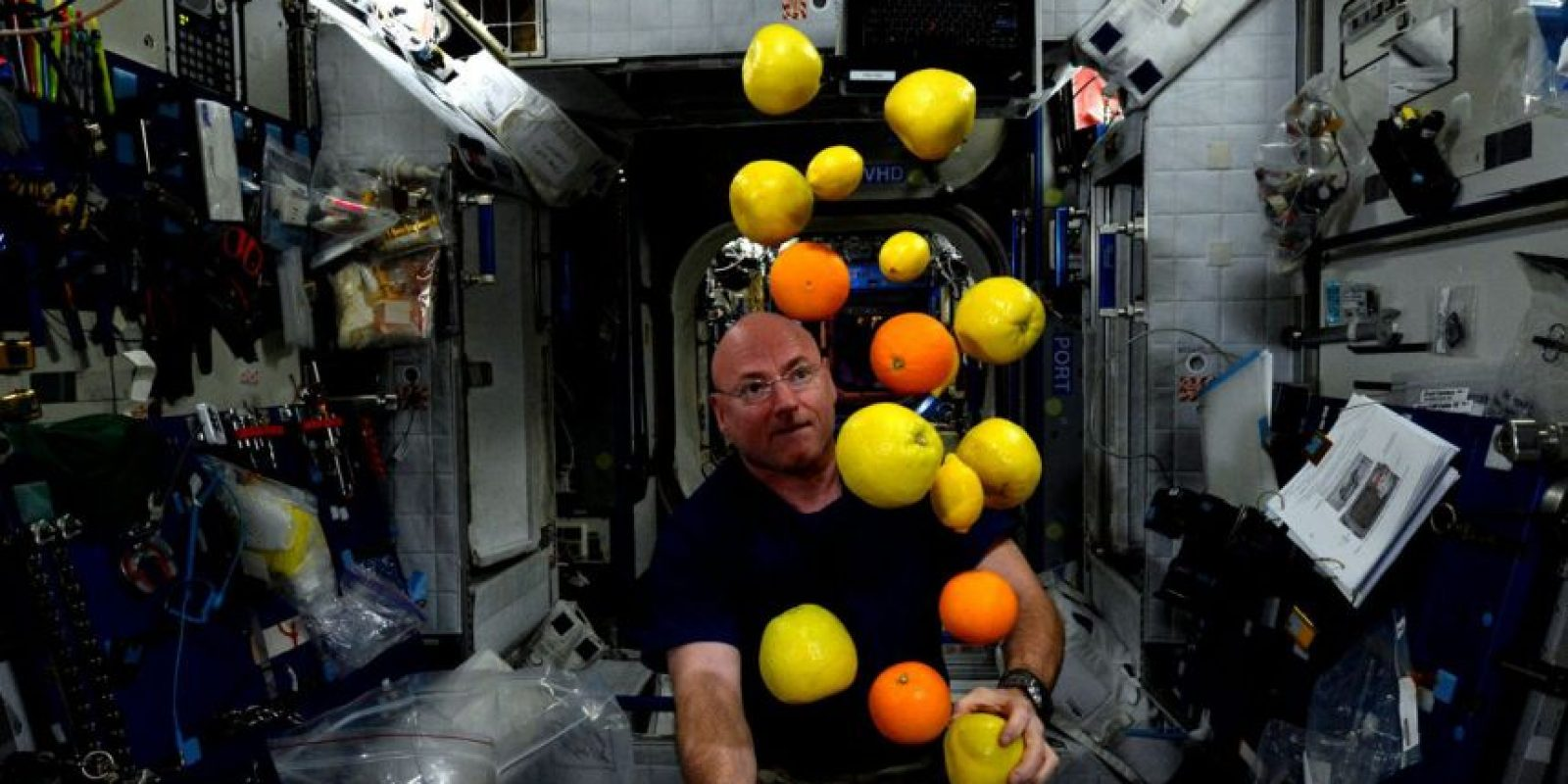 Scott Kelly tratando de hacer malabares en el espacio Foto:NASA