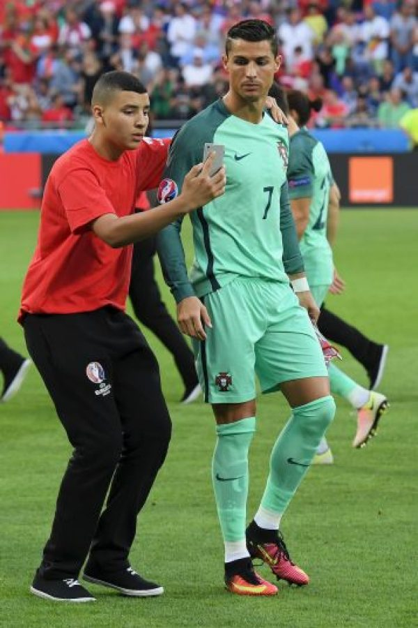 Así complace Cristiano Ronaldo a un fan en la semifinal Foto:Getty Images