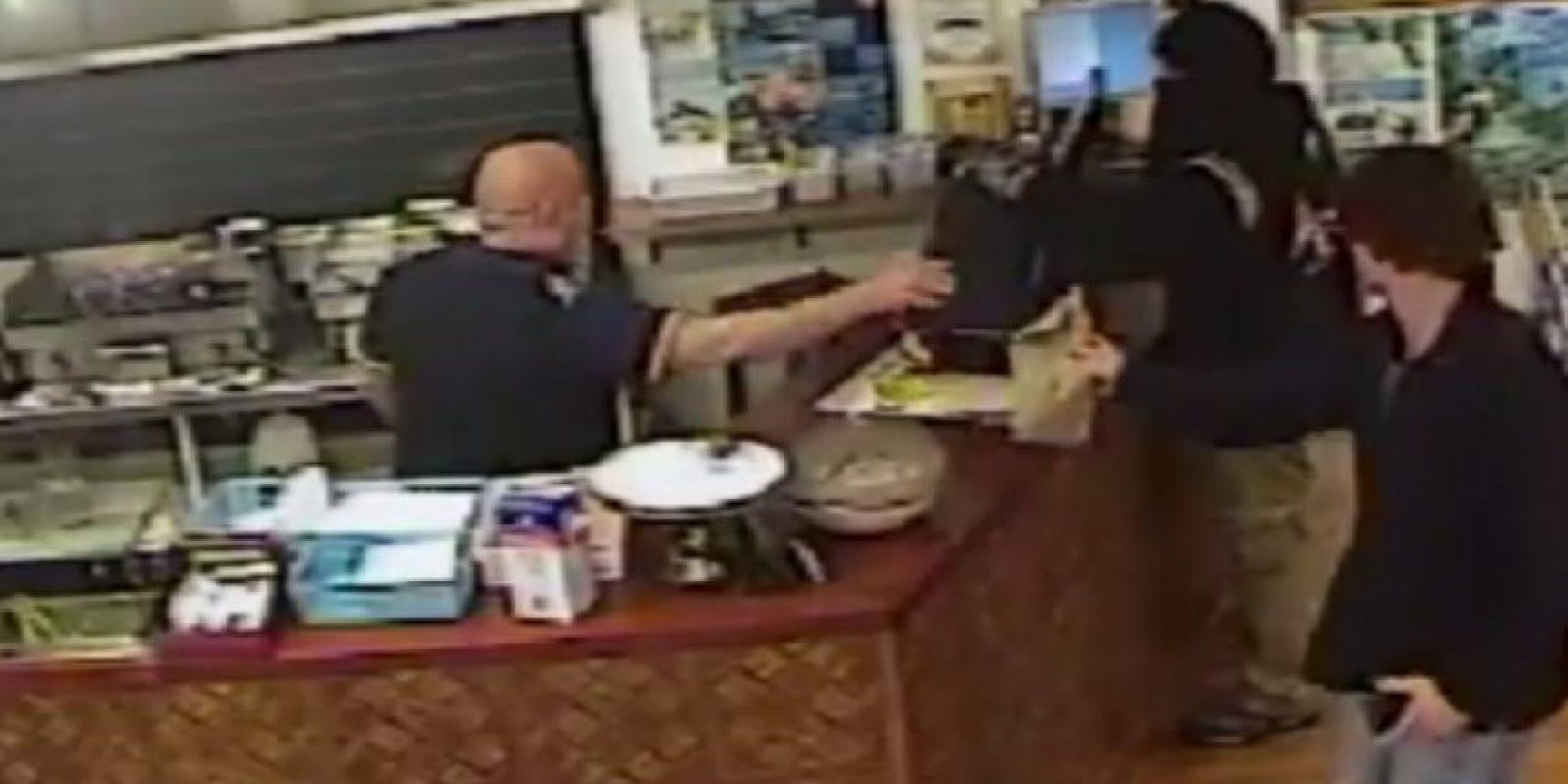 El empleado siguió atendiendo al cliente Foto:Canterbury Police/ Facebook
