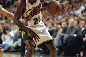 Gary Payton. Después de ser un referente de Seattle por 13 años, jugó sus últimas campañas con Milwaukee, Lakers, Boston y Miami Foto: Getty Images