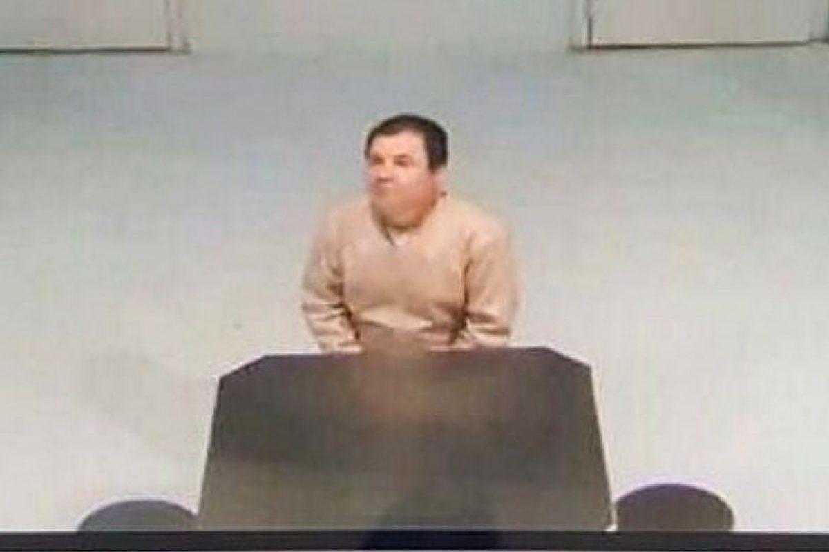 En ella se puede ver a Joaquín Guzmán Loera sentado frente a una mesa y custodiado por una persona Foto:Twitter.com