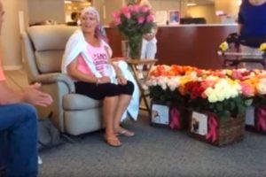Al terminar su último día de quimioterapia su esposo la sorprendió con 500 rosas. Foto:Youtube Brad Bousquet