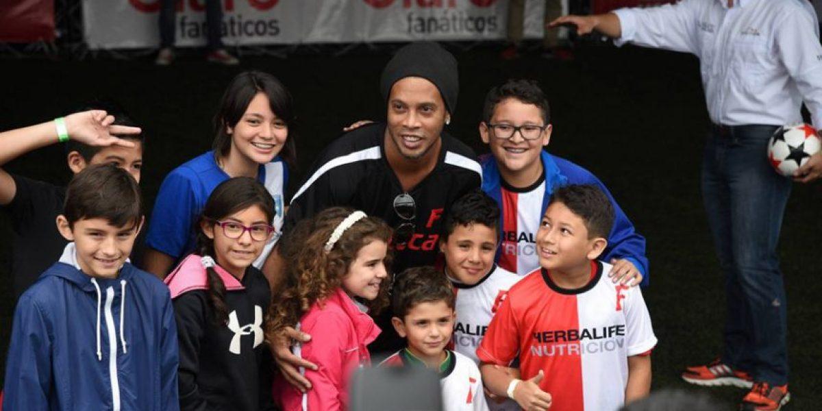 Ronaldinho convivió con chicos y grandes en su segundo día en Guatemala
