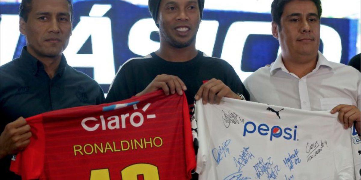 VIDEO. Ronaldinho contagia su alegría en su aparición en Guatemala