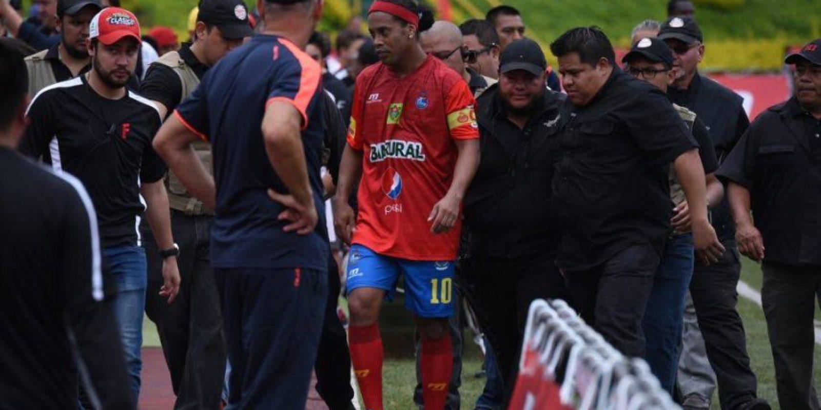 """El brasileño Ronaldinho fue aplaudido por el público guatemalteco durante el """"Clásico de la Alegría"""" Foto:Oliver de Ros y Reina Damián"""