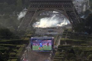 Durante el partido, hubo enfrentamientos en la Torre Eiffel Foto:AFP