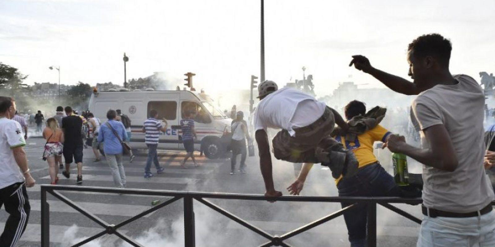 La policía tuvo que usar gases lacrimógenos y tanques de agua para disuadir la manifestación Foto:AFP