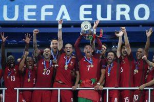 Cristiano Ronaldo levanta el trofeo junto a sus compañeros. Foto:AFP
