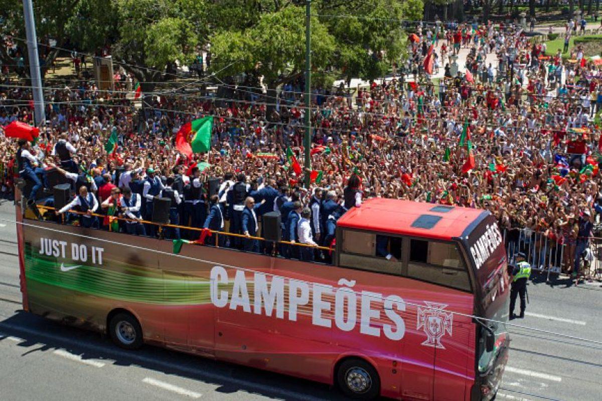 ... El bus descapotable sirvió para que los hinchas vieran a sus campeones  y el trofeo de  Foto  Getty Images  Cristiano Ronaldo lideró los festejos  ... b5fc7ee4698
