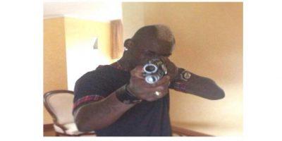 Le mandó un saludo a sus críticos con pistola en mano Foto:Instagram Mario Balotelli