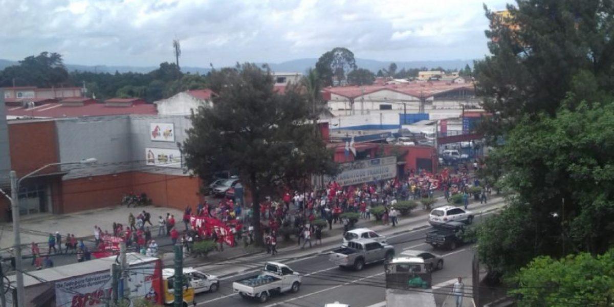 Salubristas marchan en la capital y bloquean carreteras