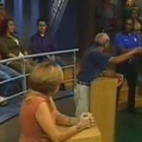 El denunciante sigue discutiendo con el guardia. Foto:Telemundo