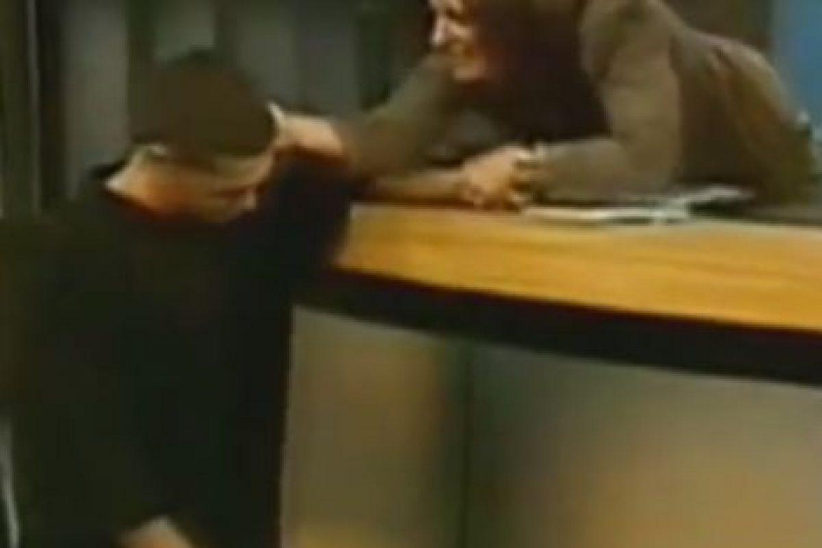 Ana María lo toma de la oreja para reprenderle. Foto:Telemundo