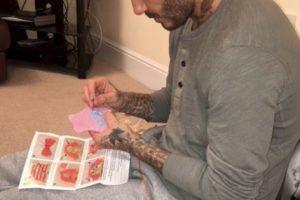 Desde tatuarlo hasta ponerlo a coser la ropa de sus muñecas, el exdeportista dedica días enteros a su única hija Foto:Instagram @victoriabeckham