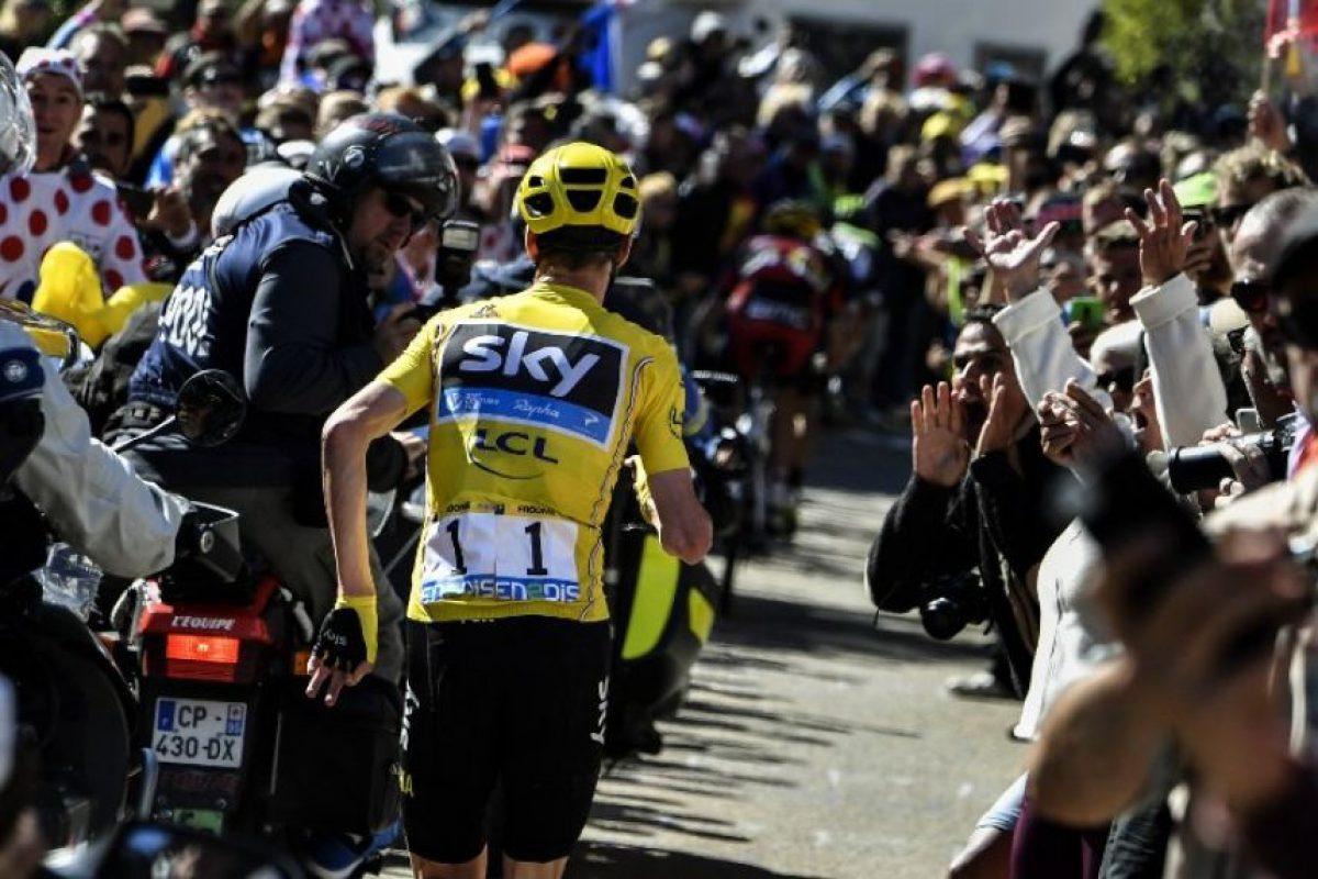 Ante el problema y con la intención de no perder el liderato, Froome comenzó a subir la pendiente corriendo Foto:AFP
