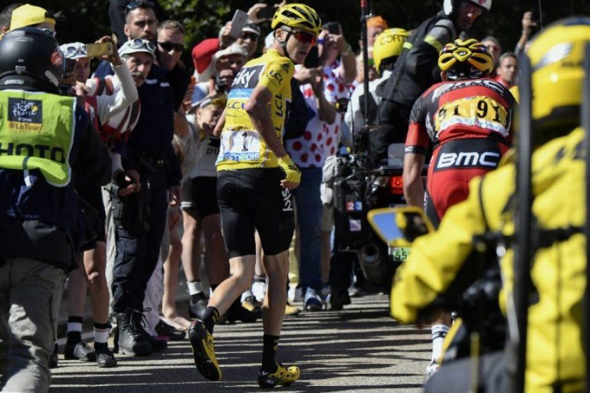 Por eso, a la espera que le lleven la bicicleta, siguió su destino a pie Foto:AFP