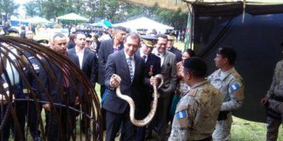 EN IMÁGENES. ¿Qué hace el ministro de Gobernación con una serpiente en las manos?