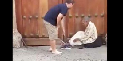 VIDEO. Hombre le regala sus zapatos a indigente en La Antigua