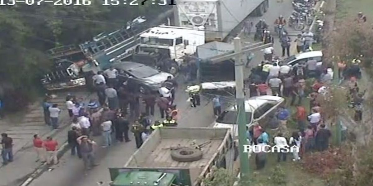 EN IMÁGENES. Múltiple accidente en ruta Interamericana provoca fuerte tráfico