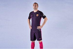 En la parte superior y en las mangas tiene un color negro para intensificar el llamativo púrpura Foto:Twitter FC Barcelona