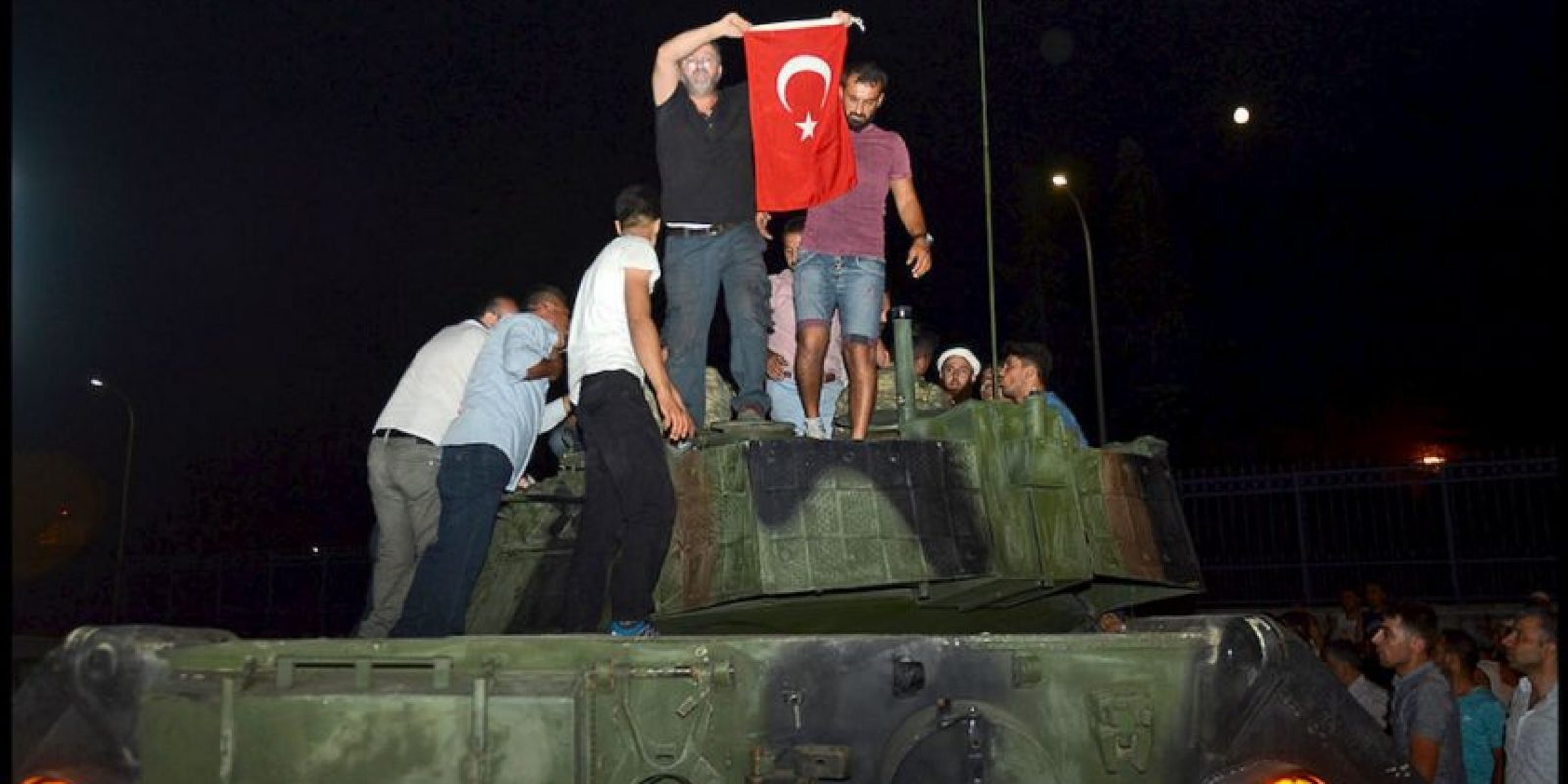 Ciudadanos se manifestaron en la calles de Turquía contra el golpe de Estado que una facción dentro de las Fuerzas Armadas del país intentaban realizar. Foto:AP