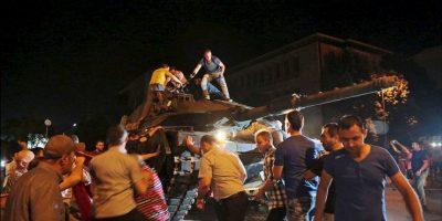 El pueblo turco se lanzó sobre los tanques del grupo disidente. Foto:AP