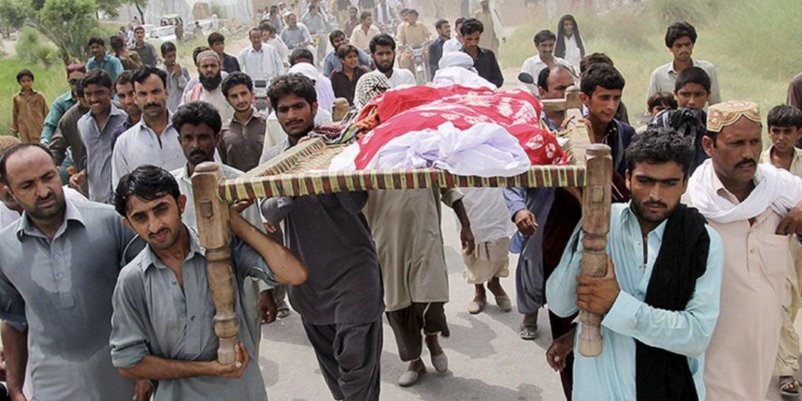 El momento del traslado del cuerpo de la estrella pakistaní. Foto:Getty Images
