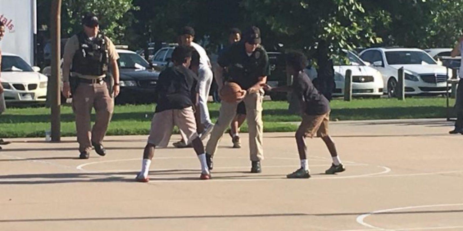 Jugaron básquetbol Foto:Facebook.com/WichitaPolice