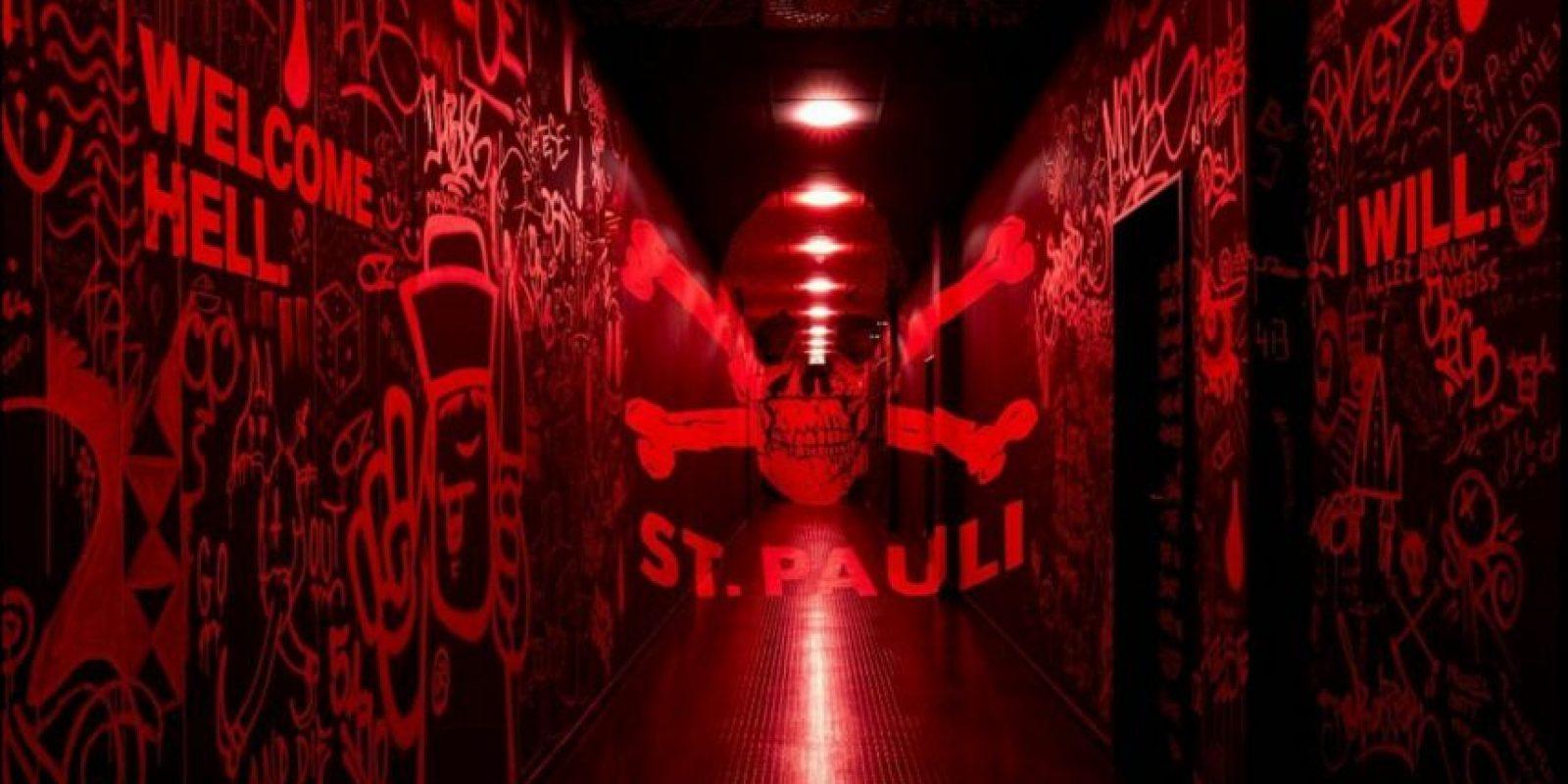Además, si se prenden las luces rojas, se ven los rayados en las paredes Foto:Facebook St Pauli