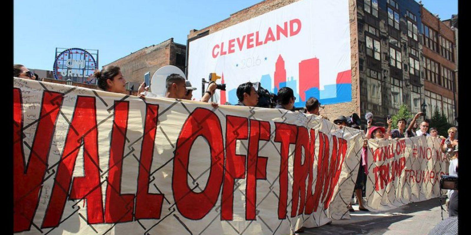 Decenas de latinos llevaron un muro simbólico a la sede de la Convención Nacional Republicana. Foto:Publimetro