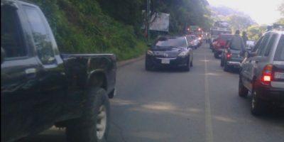 Salubristas continúan con bloqueo de carreteras