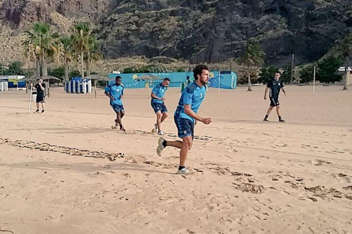 Tenerife está en la playa Las Teresitas haciendo su pretemporada Foto:Sitio web oficial Tenerife