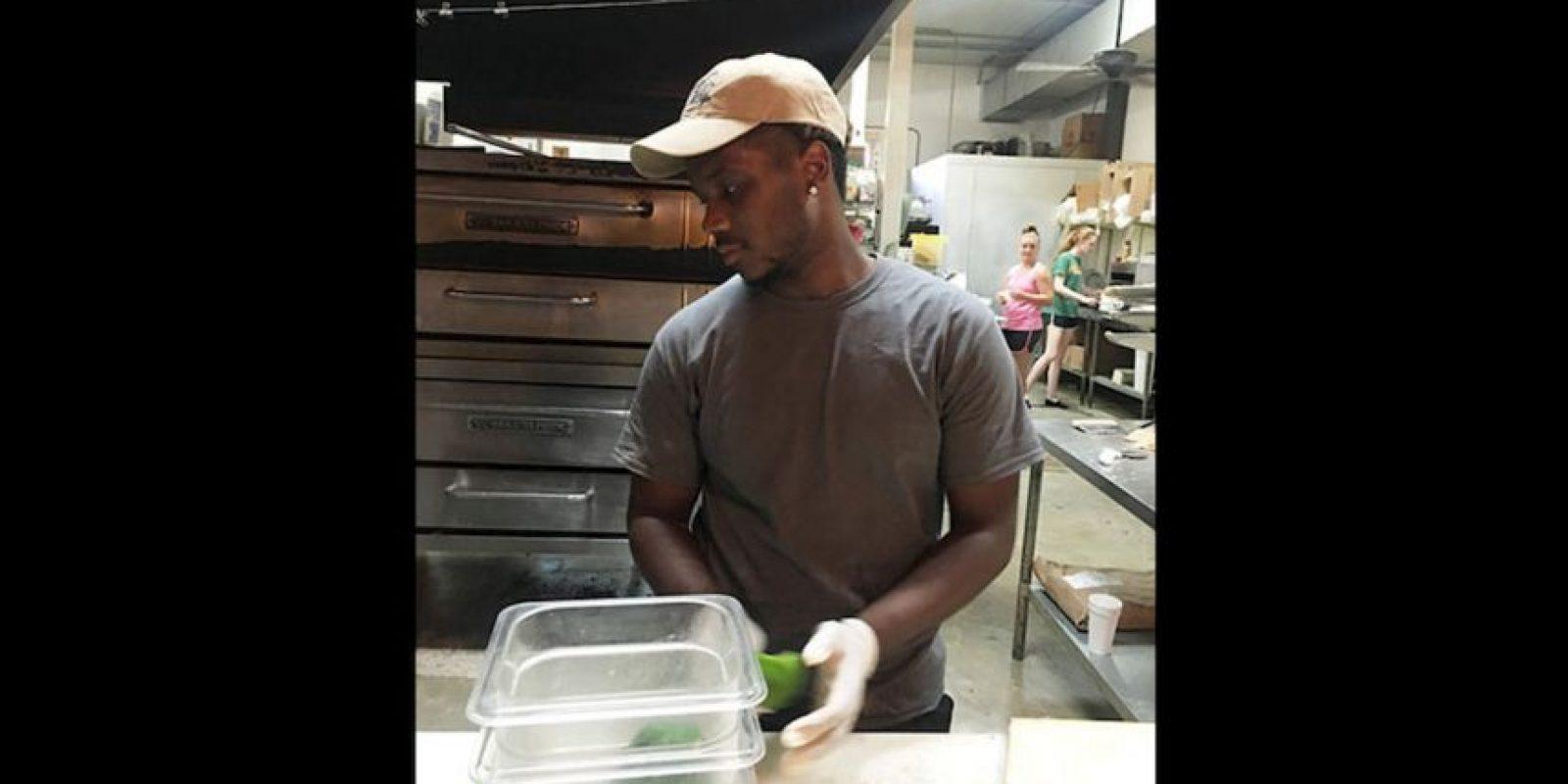 Su historia llamó tanto la atención que una pizzería local le ofreció un trabajo y varios policías ofrecieron pagar dos noches de hotel para que no durmiera en la calle. Foto:DEBRA ADAMSON