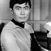 Hikaru Sulu, interpretado por George Takei es uno de los personajes principales de Star Trek. Foto:Wikimedia