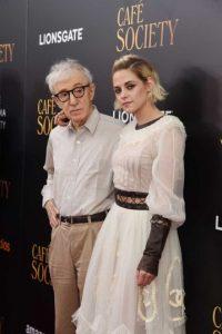 "Woody Allen y Kristen Stewart en la alfombra roja de ""Cafe Society"". Foto:Getty Images"