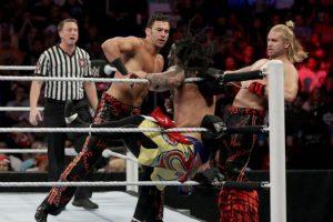 En el kickoff, Breezango (Tyler Breeze y Fandango) vencieron a The Usos Foto:WWE