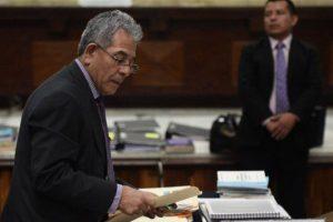 Juez Gálvez revisa la documentación Foto:Publinews