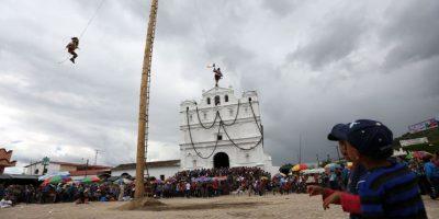 La danza indígena a treinta metros de altura en honor a un santo