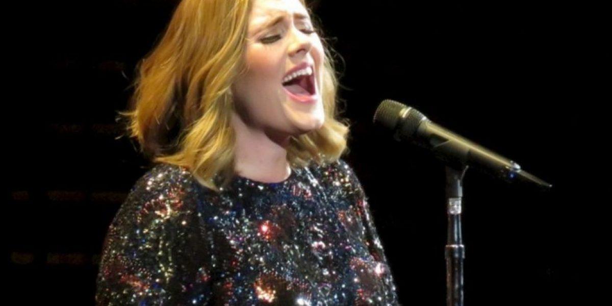 Adele besó a un fan en la boca y esta fue su reacción
