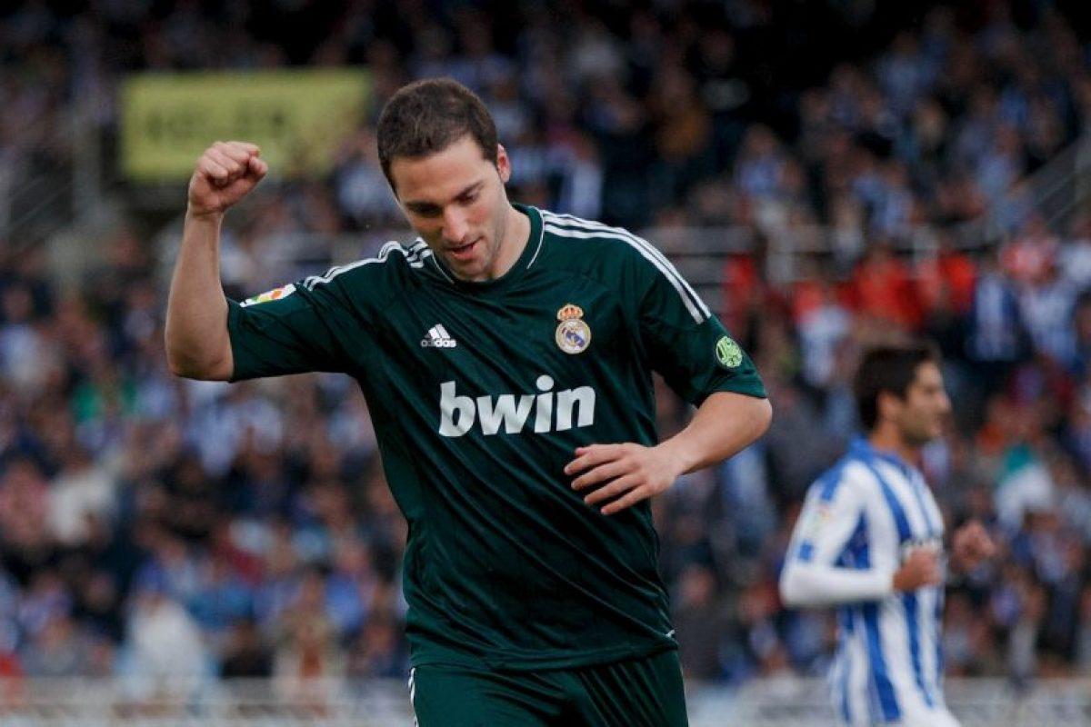 Gonzalo Higuaín ocupa el podio de los jugadores que más millones han movido en transferencia y suma un total de 141 millones de euros en sus tres traspasos. Real Madrid fue el primero en invertir en él y pagó 12 millones para comprarlo a River Plate en 2007. Foto:Getty Images