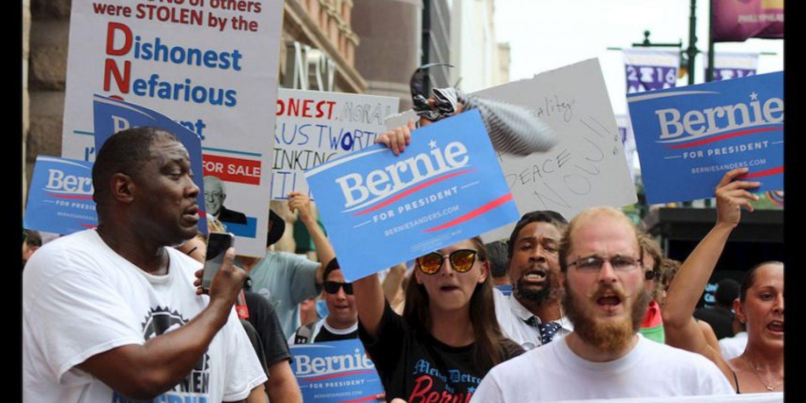 Simpatizantes de Bernie Sanders tomaron las calles del centro Philadelphia para protestar contra Hillary Clinton. Foto:Publimetro