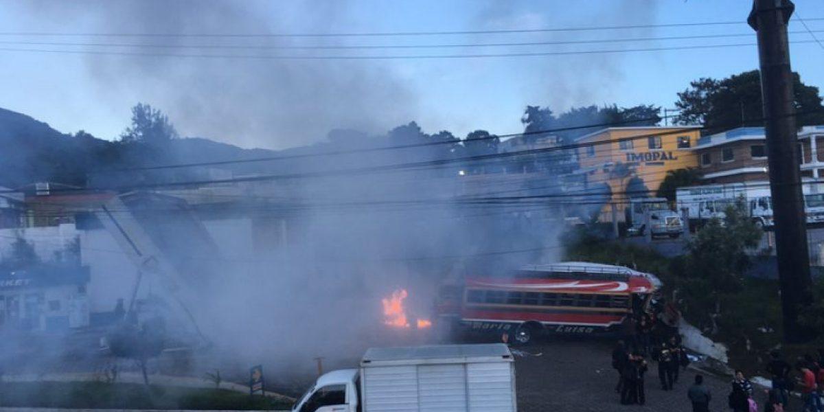 Autobús extraurbano destruye parte de una gasolinera en ruta Interamericana