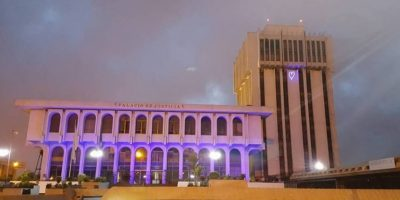 ¿Por qué la Torre de Tribunales amaneció con la fachada iluminada de azul?