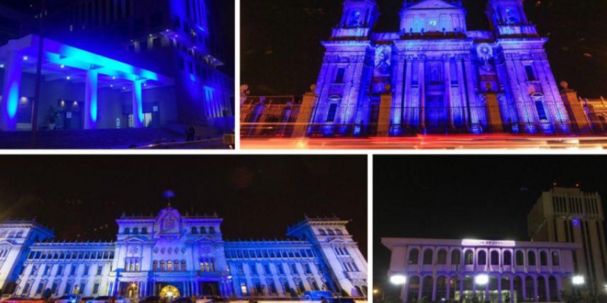 Iluminan de azul edificios gubernamentales
