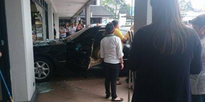 Insólito accidente en centro comercial de carretera a El Salvador