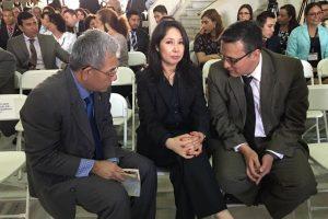 Gálvez conversa con la nueva jueza Ericka Aifán. Foto:Kenneth Monzón